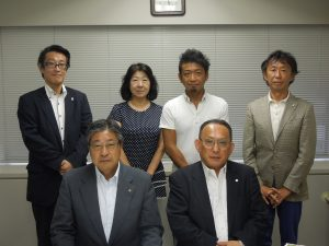 前列)左:山田委員長 右:山﨑担当副本部長 後列)左から阿部委員、米田副委員長、秋山委員、福田委員