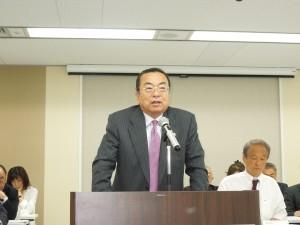 理事会で挨拶をする秋山本部長