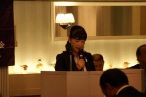 報告事項を説明する飯島総務委員長