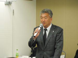 報告事項を説明する佐々木副本部長