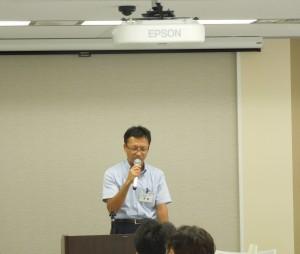 挨拶をする神奈川県県土整備局事業管理部建設業課 横浜駐在事務所 宅建指導担当 主幹 芳賀 洋一 様