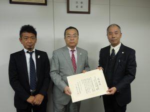 左から 秋山有史公益事業推進委員、秋山本部長、神奈川県社会福祉協議会 事務局長 新井 様