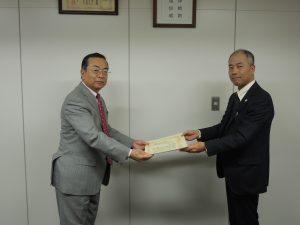 秋山本部長へ神奈川県社会福祉協議会 事務局長 新井 様より感謝状が授与されました。