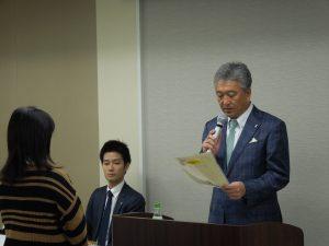 佐々木副本部長による修了証の交付