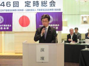 報告事項を説明する松本総務委員長