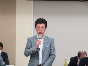 審議事項を説明する松本総務委員長