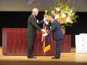 稲川栃木県本部長へ大会旗が引き継がれました。